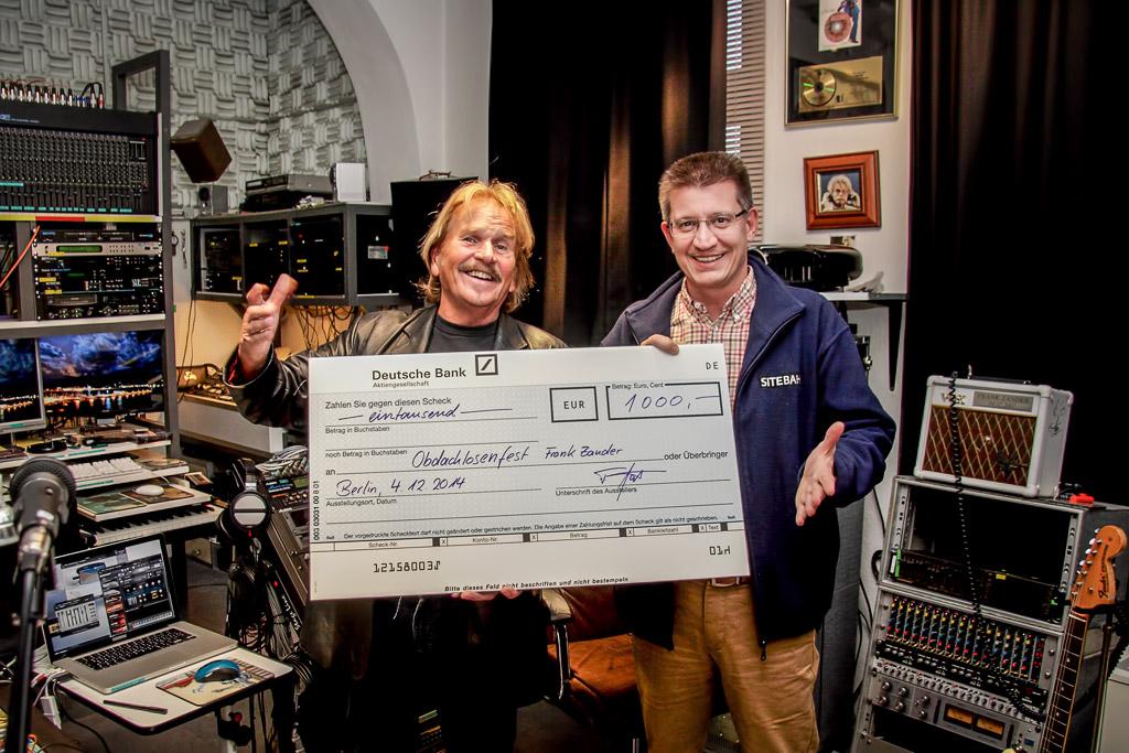 Frank Gärtner trifft Frank Zander und übergibt den Scheck über 1000€ für die Weihnachten für Obdachlose in Berlin.